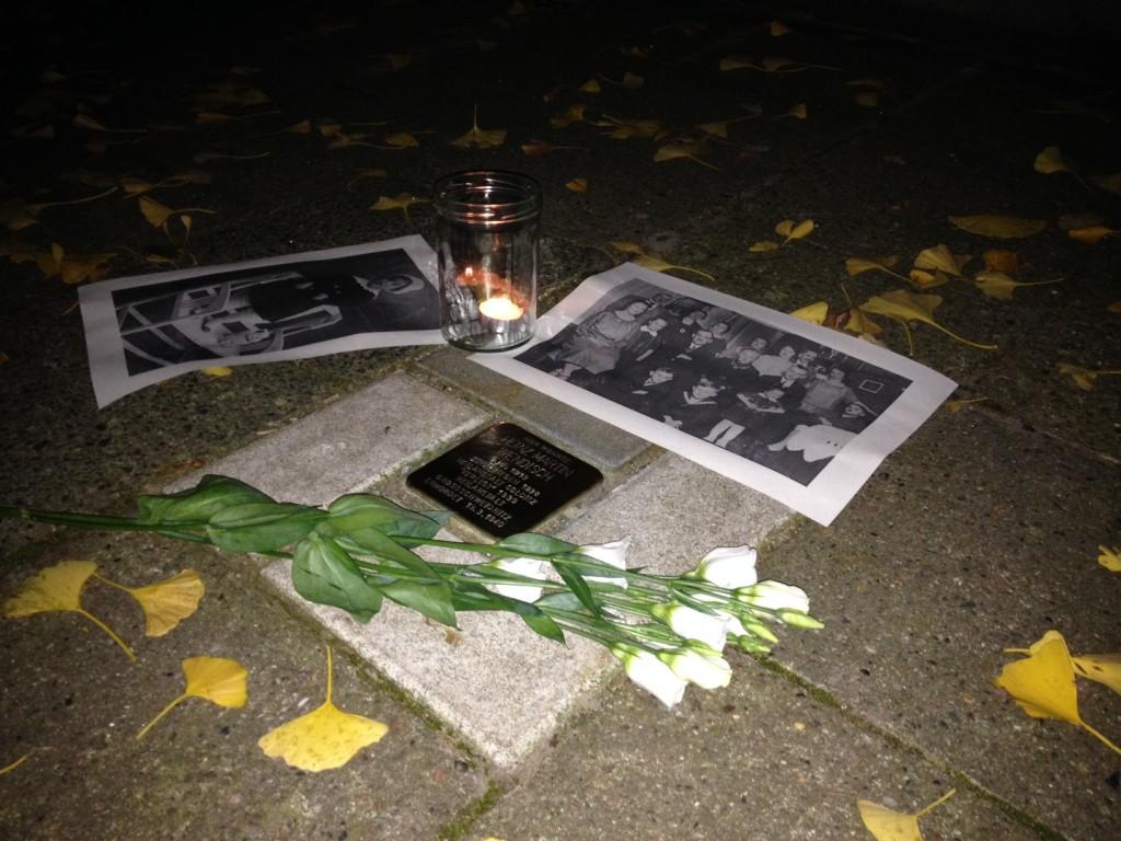 Windlicht. Blumen. Fotografien als Brücken in die Zeit damals. Stolperstein für Hans Martin Wendisch in der als Ginko-Allee gestalteten Hans-Sachs-Straße.