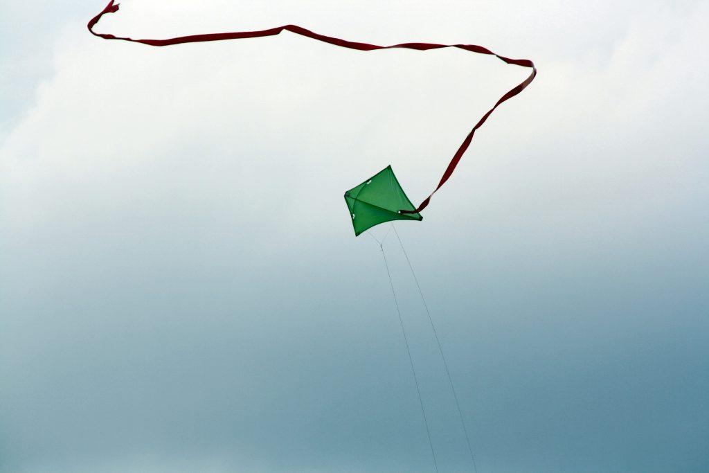 Drachensteigen über den Hufewiesen (Bild: wkimedia cc 2012).